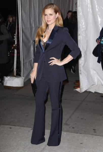 Amy Adams très chic en costume est venue accompagnée...