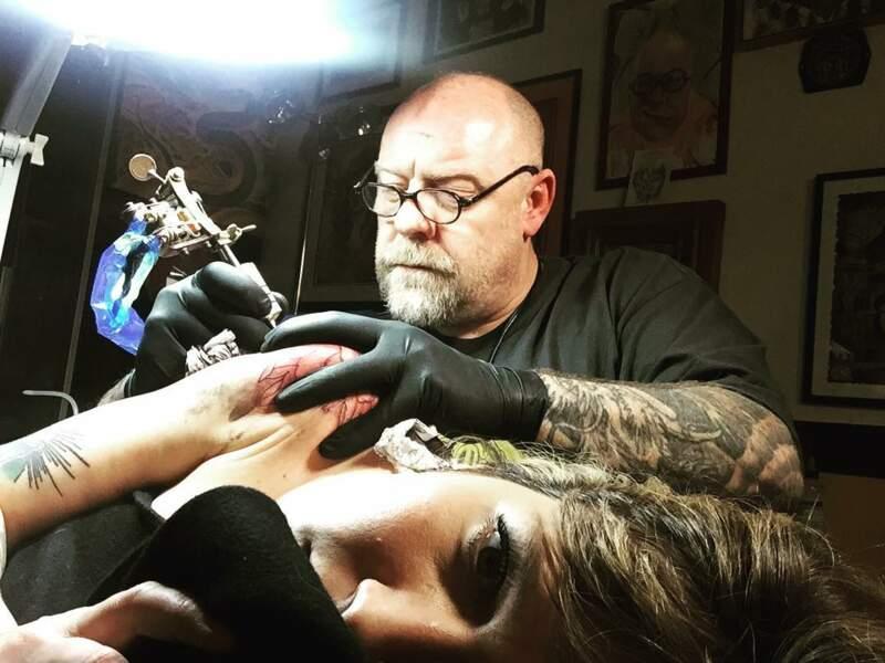 Ici, c'est Tin-Tin, le célèbre tatoueur parisien, qui la prend en main
