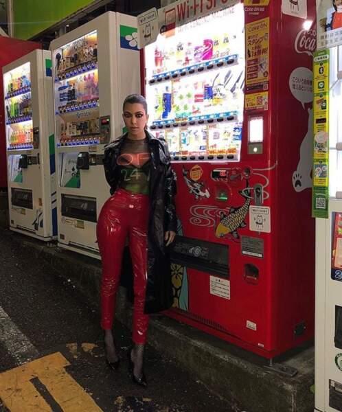 Kourtney Kardashian devant un distributeur automatique