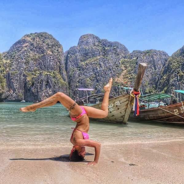 Shanna est comme ça : elle adore faire du yoga sur la plage !