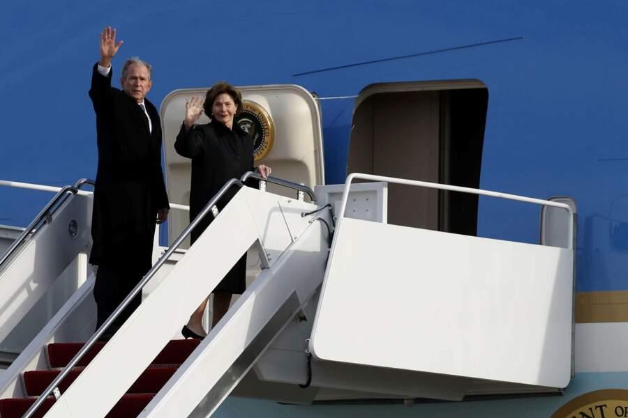 George et Laura Bush montent dans l'avion chargé d'emporter le cercueil à Houston
