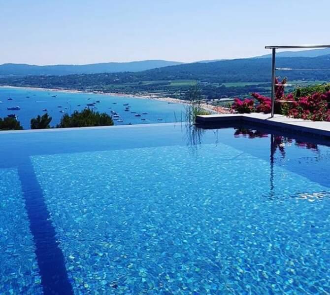 Comme tous les étés, Bernard Montiel passe du bon temps au bord du golfe de Saint-Tropez...