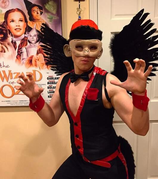 Qui se cache derrière ce masque ? C'est Chris Colfer alias Kurt dans Glee !