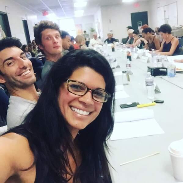 Les acteurs prennent du bon temps lors de la lecture du scénario de la troisième saison.
