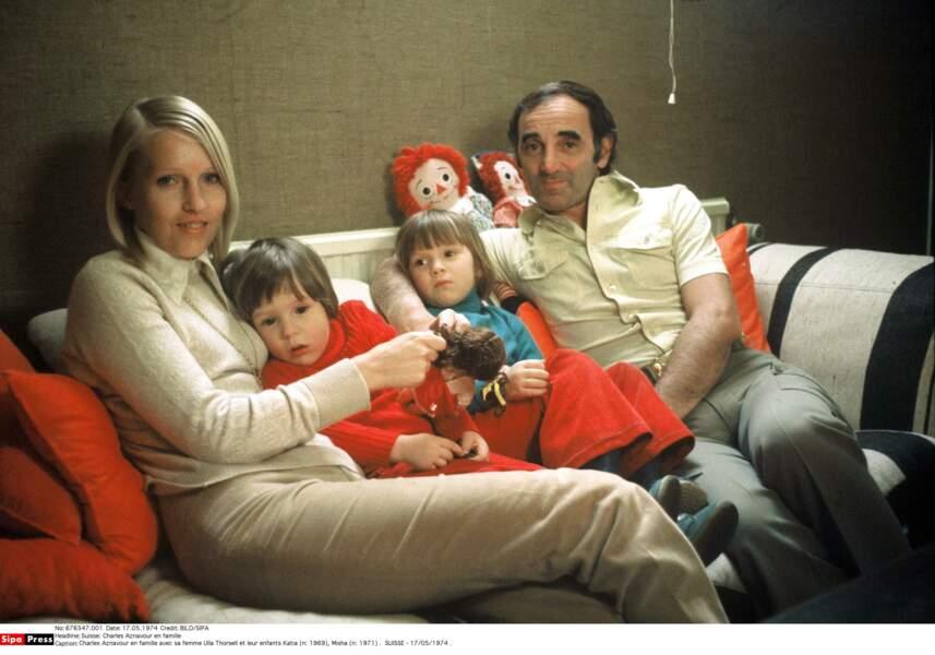 Charles Aznavour en famille en 1974 avec sa femme Ulla Thorsell et leur enfants Katia et Misha
