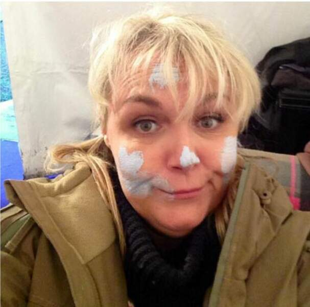 Ah, on dirait que Valérie Damidot est tombée dans un pot de peinture (au sens propre)