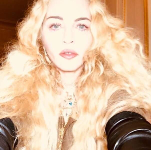 Madonna resplendissante avec ses manches de cuir