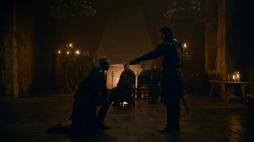 Lors d'une très belle scène, Jaime adoube Brienne : elle est désormais chevalier