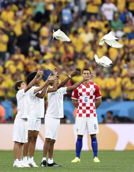 Un petit lancer de colombes, pour que la paix règne durant le match...
