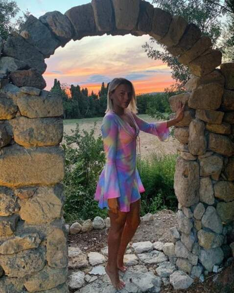 Kelly Vedovelli a véritablement trouvé une robe aux couleurs de l'arc-en-ciel.