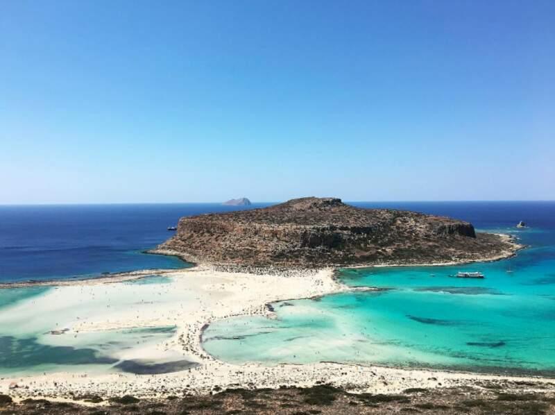 Elle voyage dans le plus beaux endroits de la planète, ici en Grèce...