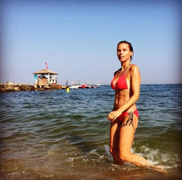 ... façon Alerte à Malibu pour Sylvie Tellier dans le Var...