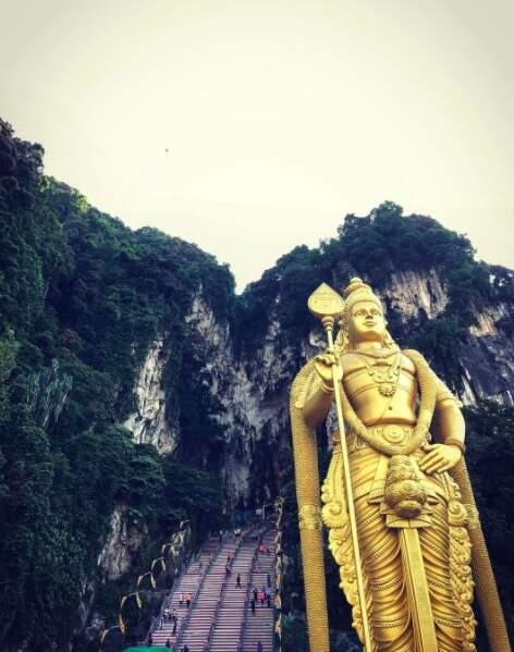 272 marches à gravir avant de pénétrer dans les grotte de Batu Cave à Kuala Lumpur