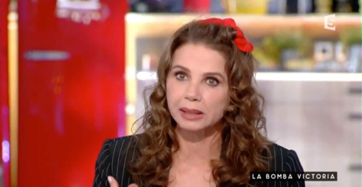 Victoria Abril préfère les avoir dans les cheveux !