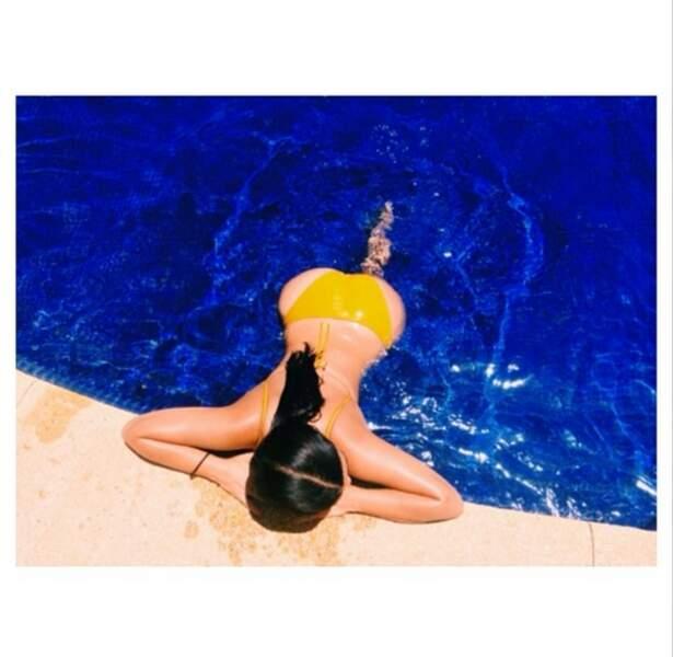 Pendant ce temps, Kim Kardashian se dore la pilule dans son joli bikini jaune