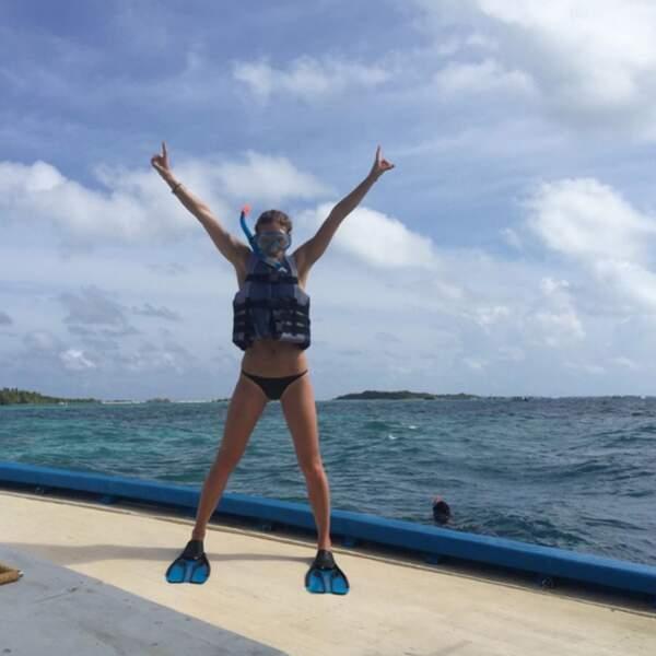 La top model Bar Rafaeli s'éclate pour son enterrement de vie de jeune fille aux Maldives.