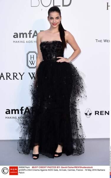C'est déjà le Réveillon pour Barbara Palvin, robe noire mais de la freluche
