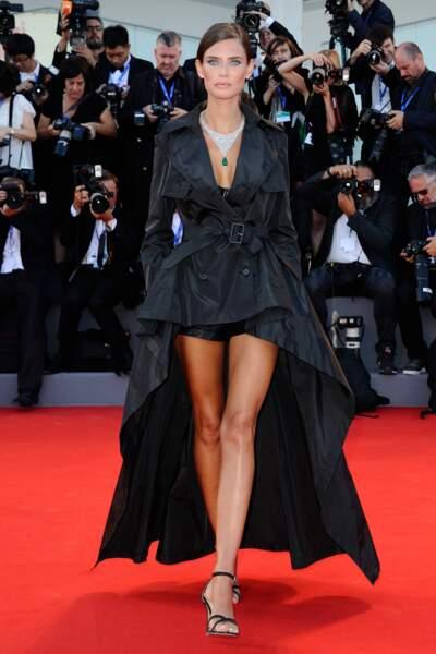 Un trench et un gros collier pour Bianca Balti, mannequin italien