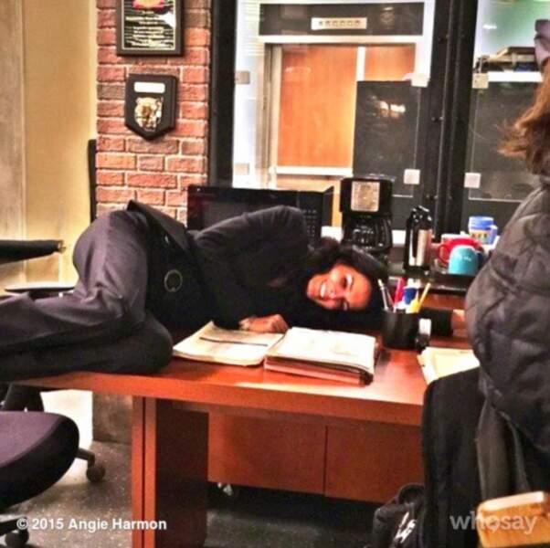 Table, sol, lit, chaise... Angie Harmon peut faire la sieste partout !