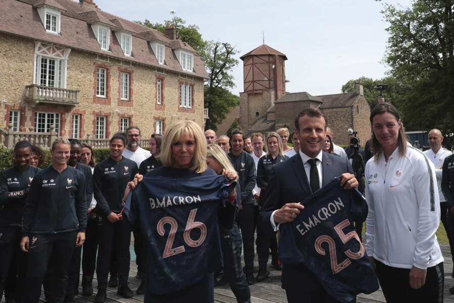 Clou du spectacle, Brigitte et Emmanuel Macron se sont vus remettre un maillot avec leur numéro