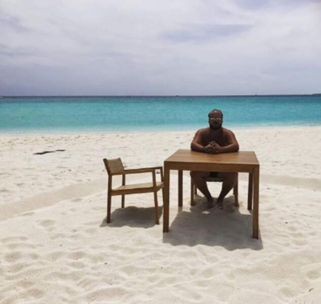 Si vous êtes en vacances, c'est le moment de lâcher prise, comme Alban Ivanov.