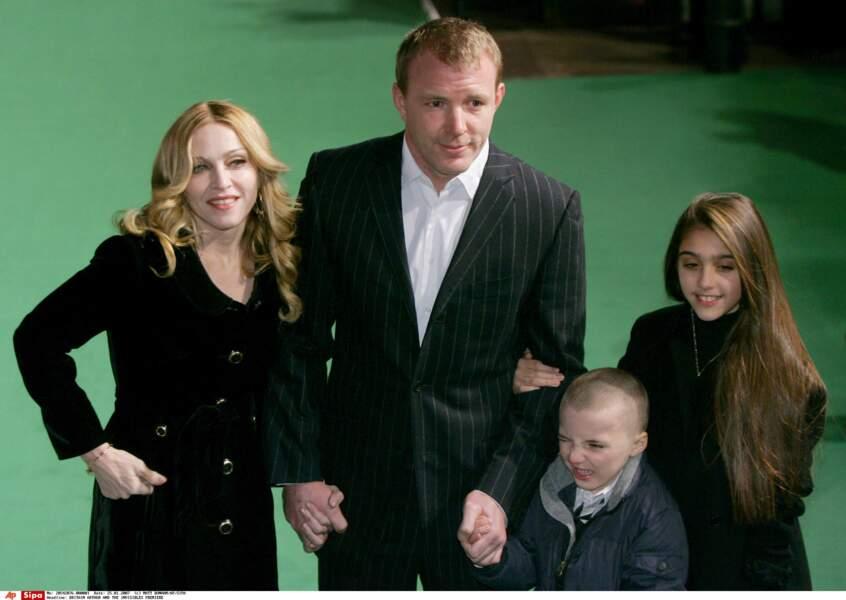 Lourdes et Rocco en compagnie de leus parents Madonna et Guy Ritchie à Londres en 2007