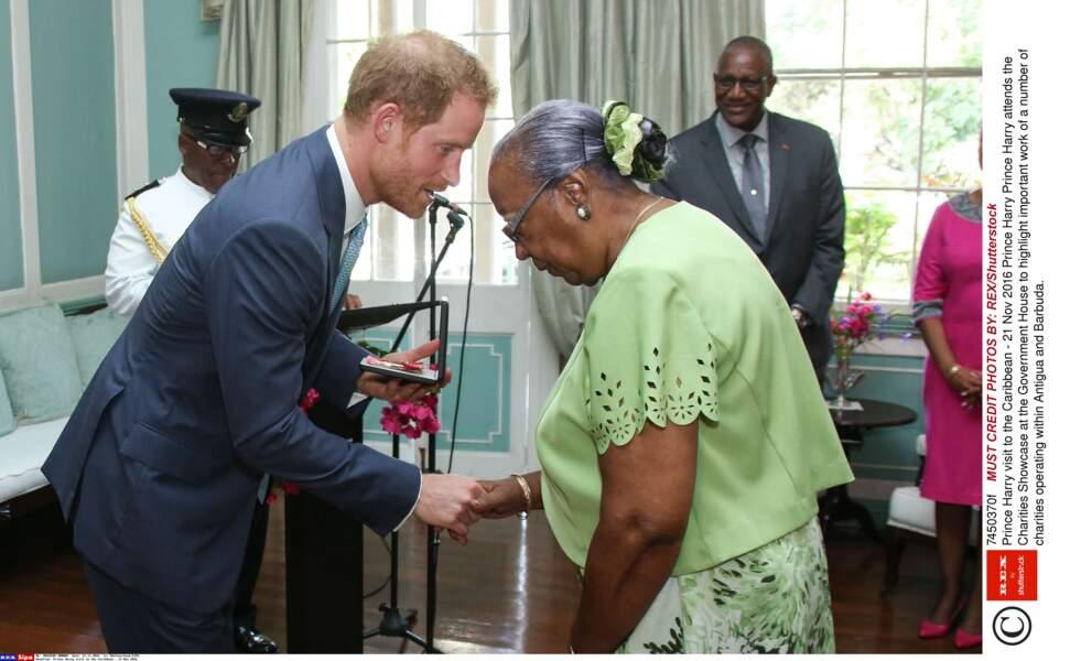 Harry honore Ineta Wallace pour tout ce qu'elle a fait pour son pays