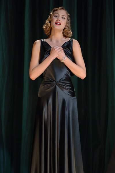 Faubourg 36 (2008), dans le rôle d'une meneuse de music hall