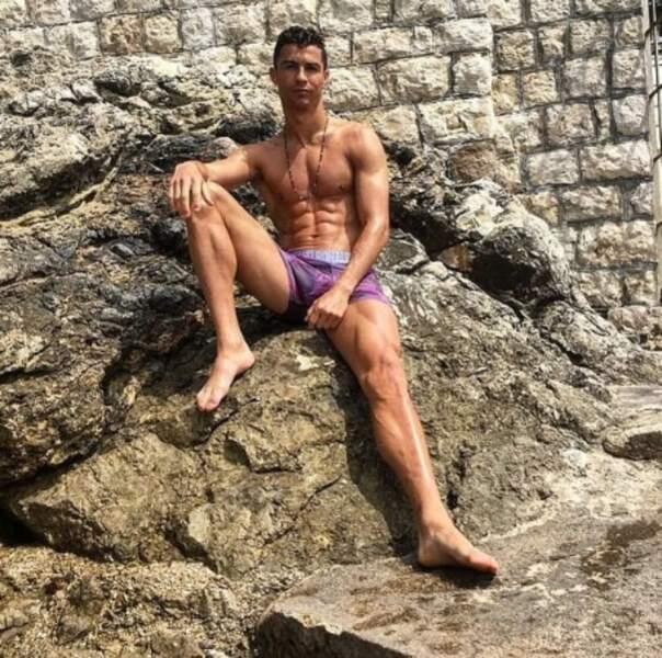 Cristiano Ronaldo a exhibé ses biscottos à la plage.