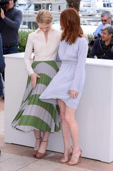 Mia Wasikowska et Julianne Moore, surprises par le vent