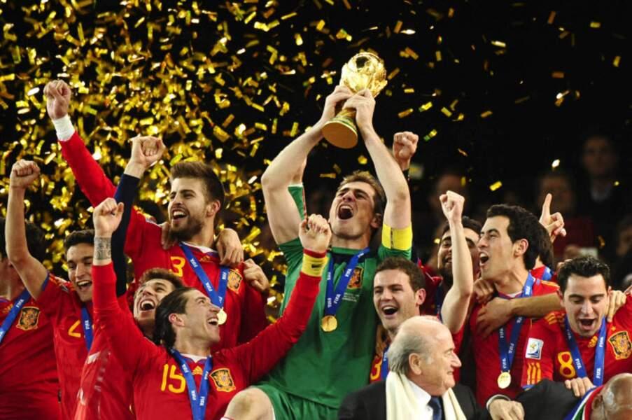 2010 - Iker Casillas soulève la première Coupe du monde de l'histoire de l'Espagne (victoire face aux Pays-Bas)