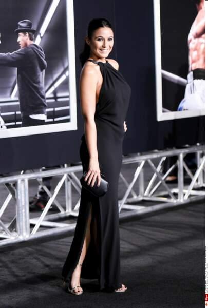 """Même le traditionnel """"tapis rouge"""" était noir, comme la robe de la sublime Emmanuelle Chriqui"""