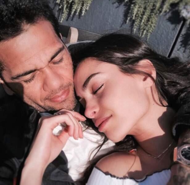 Ils partagent tout, même leurs sieste !  Seulement, quelque chose cloche... Mais qui a pris la photo ?