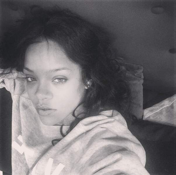Noir et blanc également pour Rihanna, accro au selfie