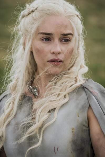 Emilia Clarke incarne Daenerys, reine tolérante puis impitoyable, escortée de ses trois dragons