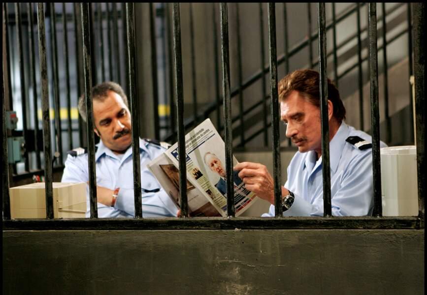 """En 2005, Johnny enfile le costume de gardien de prison """"VIP"""" à la santé dans Quartier V.I.P."""