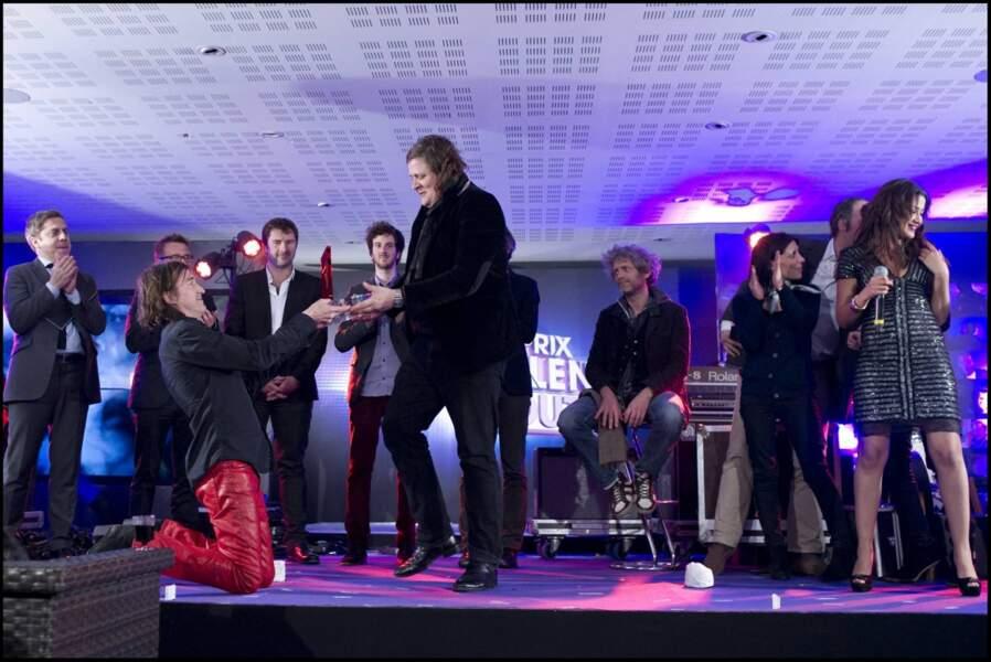 Carli, président du jury, à genoux, pour remettre le prix au grand vainqueur, Rover.