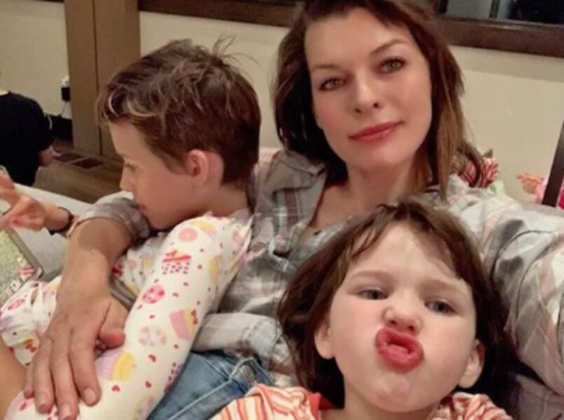 Faire des photos de famille, c'est pas toujours facile. Milla Jovovich peut témoigner.