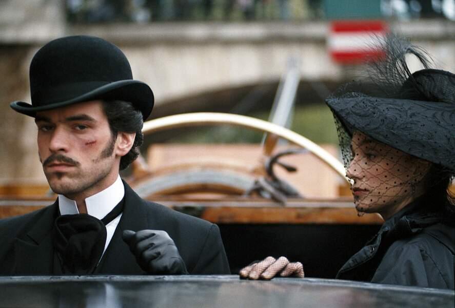 La même année, changement radical avec Arsène Lupin, en chapeau melon et petite moustache