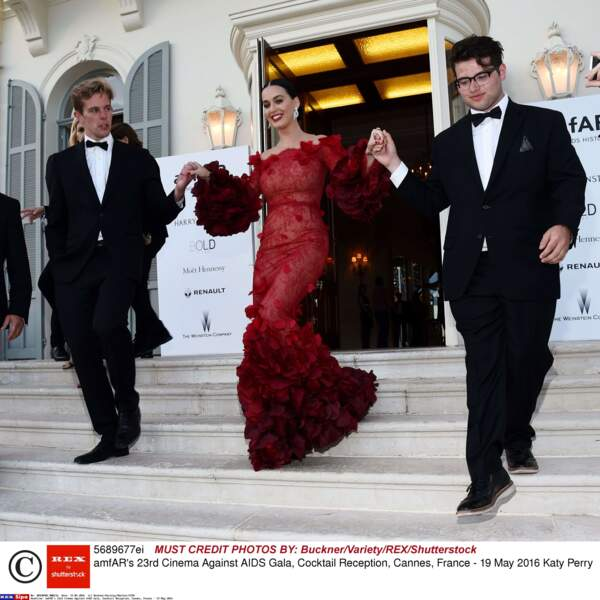 Pendant que certains montent les marches, Katy Perry descend l'escalier !