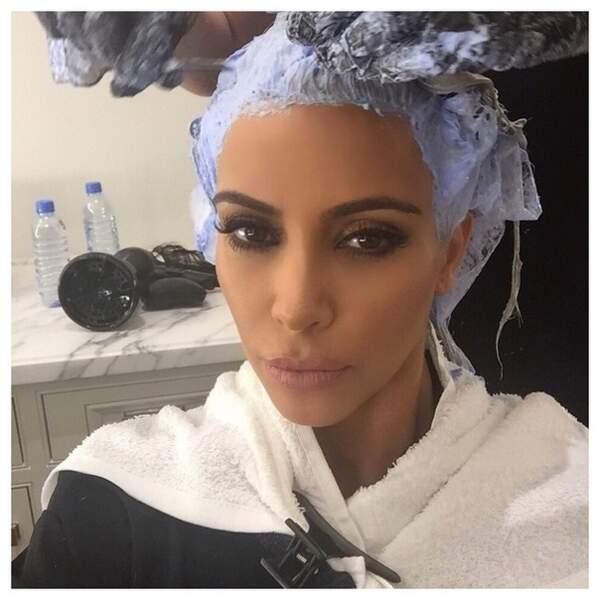 Et oui, c'est compliqué d'être blonde. Kim Kardashian vient de l'apprendre !