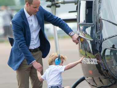 Baby George découvre les avions avec ses parents