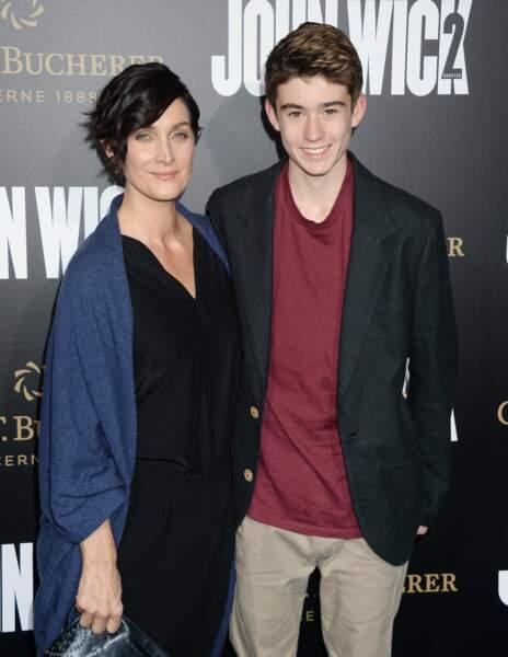 Carrie-Anne Moss est venue avec son fils soutenir ses copains de Matrix !