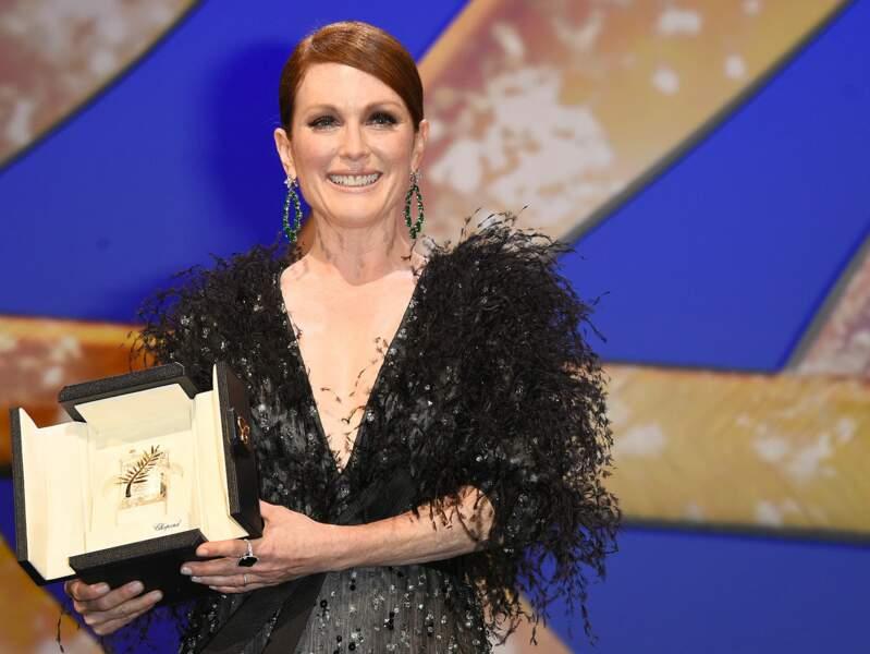 Julianne Moore présente la Palme d'Or lors de la cérémonie d'ouverture du 68ème Festival de Cannes