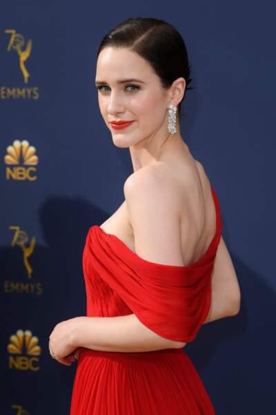 Le rouge lui va à ravir ! Rachel Brosnahan, telle une diablesse, a charmé tous les invités des Emmy Awards