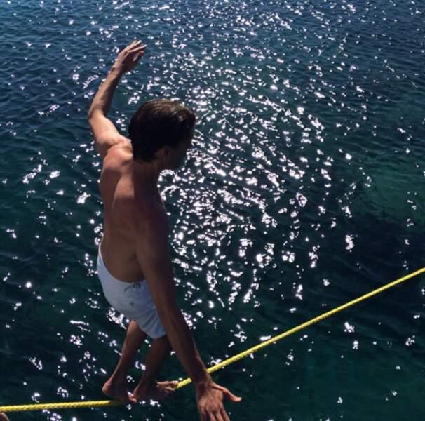 ... comme par exemple tenir en équilibre au dessus de la mer.