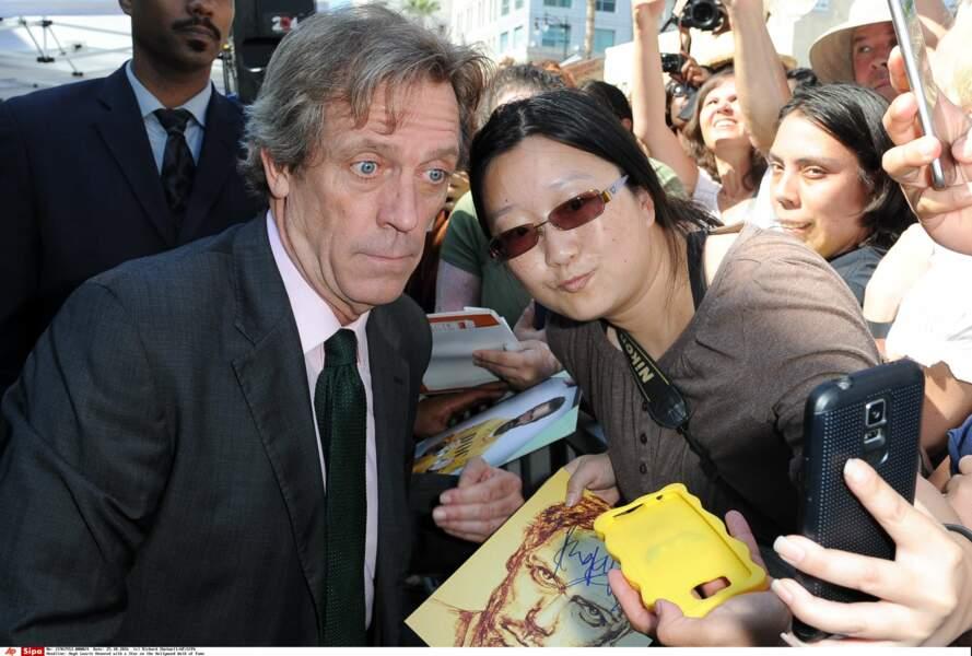 Hugh Laurie s'est prêté au jeu des selfies...