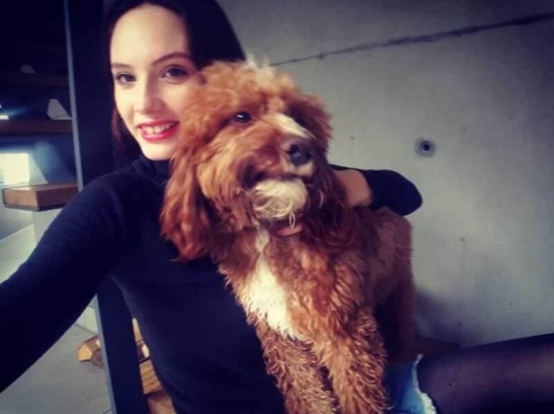 En dehors du boulot, la belle a une passion : son chien !