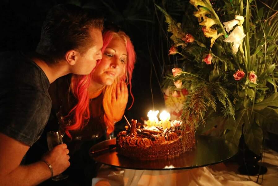 Son compagnon l'a aidée à souffler ses bougies...