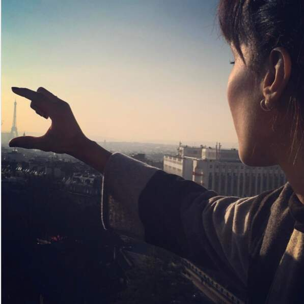 La Tour Eiffel était riquiqui dans les doigts de Sonia Rolland.